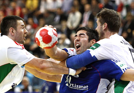 France's Nikola Karabatic (C) attempts to score between Hungary's Ferenc Ilyes (L) and Balazs Laluska during their Men's European Handball Championship match in Wiener Neustadt January 19, 2010. REUTERS/Murad Sezer (AUSTRIA - Tags: SPORT HANDBALL IMAGES OF THE DAY)